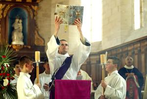 Prêtre célébrant messe