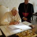 30 novembre 2007: Benoît XVI signant son encyclique Spe Salvi, Rome, Vatican