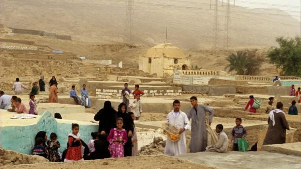 Coptes-visite des morts, le Vendredi Saint, les musulmans aussi rendent viste à leurs morts.