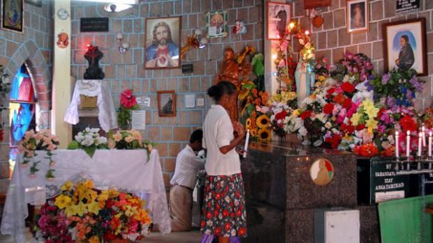 Recueillement dans une chapelle de Madagascar