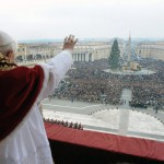 Benoît XVI salue la foule message Urbi et Orbi 2008