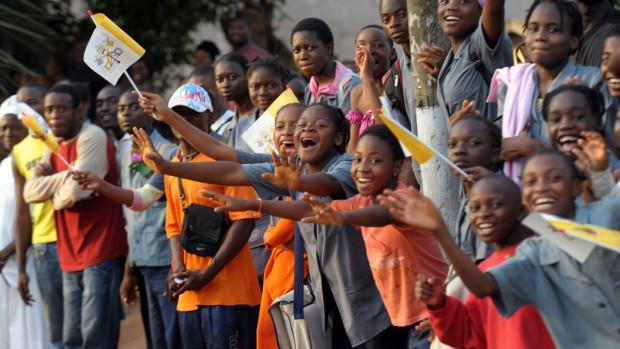 Voyage du pape Benoît XVI en Afrique jeunes camerounais à Yaoundé le 17 mars 2009