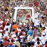 Arrivée de Benoît XVI en Papamobile à Santiago de Cuba le 26 mars 2012