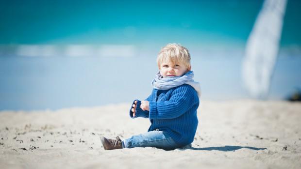 Le petit Marin, 1 an, découvre les joies de la plage, France
