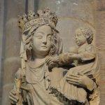 12 septembre 2008: Vierge au pilier, sculpture du XIVe s. Pilier sud-est du transept, Cath. Notre Dame de Paris (75), France.