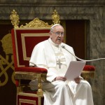 Pour sa première audience, le pape François réunit les cardinaux dans la Salle Clémentine au Vatican. Rome, Italie.