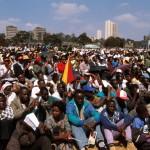 CAMEROUN ET KENYA: VOYAGE DE JEAN PAUL II EN AFRIQUE : KENYA lFOULE AVEC NAIROBI.