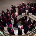 3 octobre 2018 : Evêques dans un escalier se rendant à une session de travail lors du Synode au Vatican.  DIFFUSION PRESSE UNIQUEMENT.  EDITORIAL USE ONLY. NOT FOR SALE FOR MARKETING OR ADVERTISING CAMPAIGNS. October 4, 2018: Morning session of the Synod of Bishops. Vatican.