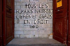 LOIRE ATLANTIQUE: A NANTES: CITATION DE LA DECLARATION UNIVERSELLE DES DROITS DE L'HOMME SUR UN MUR DE LA BOURSE DU TRAVAIL APRES L'EXPULSION DE SANS-PAPIERS ET DE DEMANDEURS D'ASILE. - PRES DU POULIGUEN: PORTE SUR L'OCEAN. .