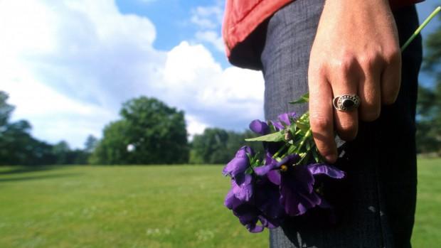 fleurs_violettes_deuil_main_femme