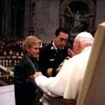 JEAN-PAUL II RECOIT LES POMPIERS DE NEW-YORK QUI LUI OFFRENT UN CASQUE