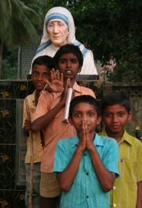 enfants_mère_teresa_statue_inde