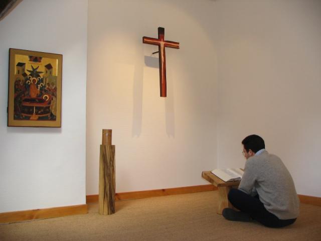 Prieur devant croix