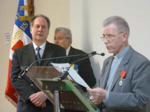 Remise des insignes de Chevalier de l'Ordre National de la Légion d'Honneur par M. Hugues Bousiges, Préfet Honoraire, à Mgr Robert Wattebled, évêque de Nîmes, le 10 juillet 2014.