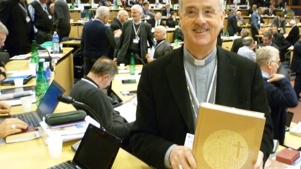 Mgr Bernard-Nicolas Aubertin, archevêque de Tours, présente le nouveau lectionnaire.