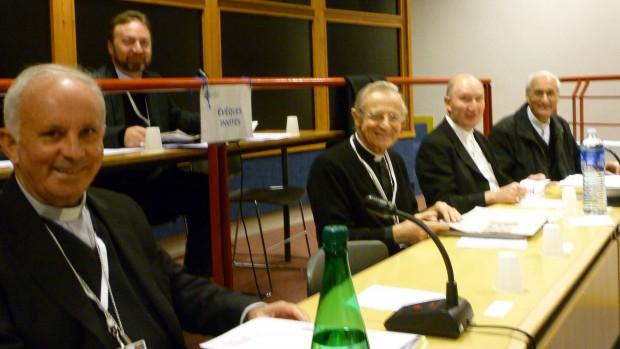 Mgr Pop (Roumanie) surplombe Mgr Francisco (Portugal), Mgr Careggio (Italie), Mgr Bürcher (Islande) et Mgr Bader (Algérie).