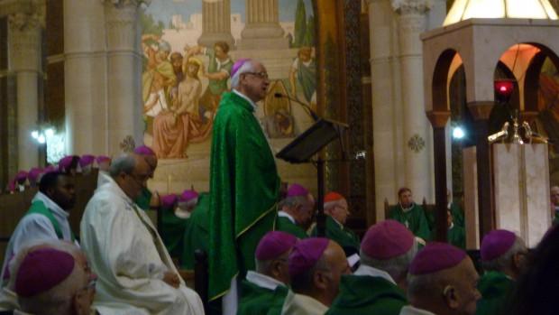 Mgr Jean-Yves Riocreux, évêque de Basse-Terre, préside l'eucharistie à la basilique du Rosaire.