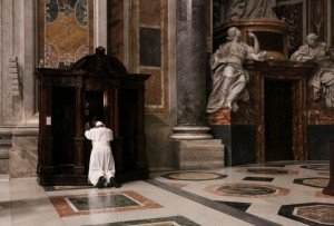 4 mars 2016 : Le pape François se confesse lors d'une veillée pénitentielle en la basilique Saint Pierre au Vatican, Rome, Italie. March 4, 2016: Pope Francis during a penitential celebration in St. Peter's Basilica at the Vatican.