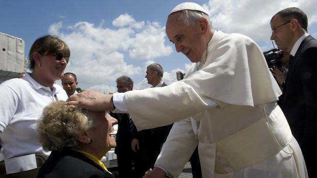 Le Pape François bénit une personne âgée