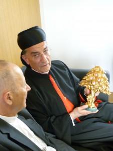 Le Cardinal Raï offre un reliquaire de l'Ordre Libanais Maronite