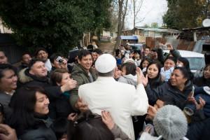 Le pape François au milieu de la foule dans un bidonville