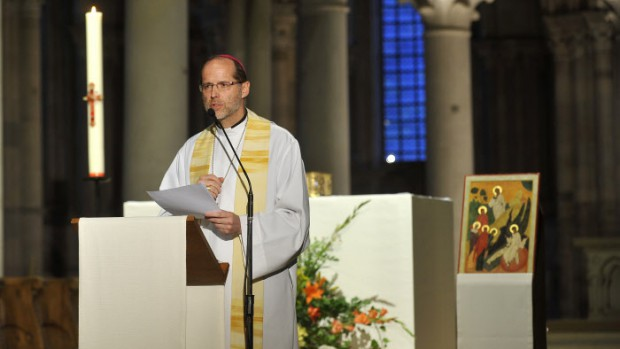 "4/5 juin 2011 : Veillée de louange avec Mgr Renaud de DINECHIN, évêque auxiliaire de Paris, lors des ""Routes de Vezelay"". Pèlerinage pour les 16-30 ans organisé le week-end de l'Ascension, Bas. de Vezelay (89) France.  June 5th 2011 : ""Les Routes de Vezelay"" Pilgrimage for 16-30 years in Vezelay (89) France."