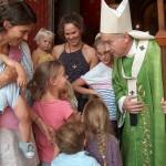Mgr Georges Pontier entouré d'enfants