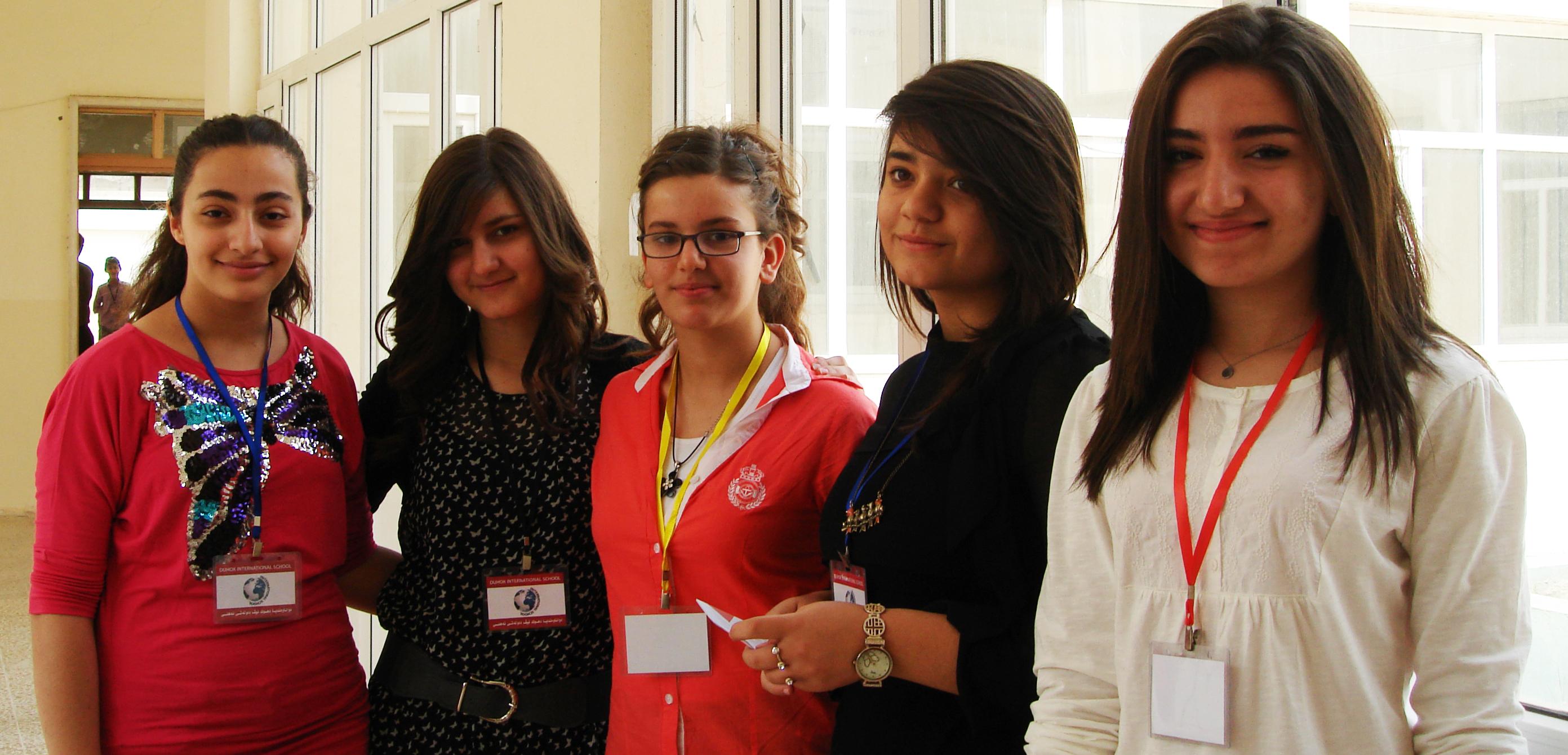 Jeunes étudiantes rangées