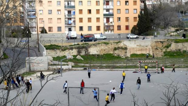11 février 2008: Match de foot dans la Cité Saint Paul, dans les quartiers Nord de Marseille (13), France.