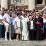 Le pape François, entouré des soeurs du P. Jacques HAMEL, au Vatican.