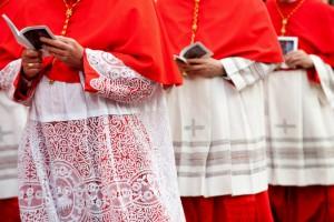 Cardinaux arrivant pour la procession pénitentielle depuis l'église bénédictine Saint-Anselme jusqu'à Sainte-Sabine, à Rome (Italie).