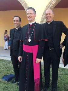 Mgr Malle avec le père Henri Marie Mottin responsable international des prêtres de l'Emmanuel et le père Jacques Gomart.