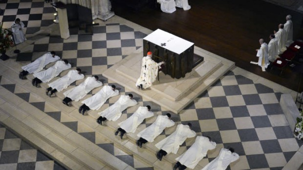 25 juin 2016 : Prostration des futurs prêtres lors de la messe d'ordinations sacerdotales en la cathédrale Notre Dame, Paris (75), France.