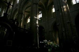 Croix de procession dans la bas. Saint Maximin, Saint Maximin La Sainte Baume (83), France.