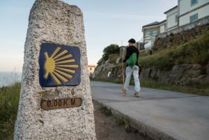 15 mai 2015 : Pèlerinage vers Saint Jacques de Compostelle. Un pèlerins au km 0 sur le chemin de Fisterra en Galice. Camino Frances. Espagne. May 15, 2015: On the road to Santiago de Compostela. Spain.