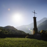 17 Aout 2014 : Croix dans le cimetière de l'église de Tramezaigues(65), Hautes Pyrennées, France.  August 17, 2014: A cross in the cemetery of Tramezaigues, France.