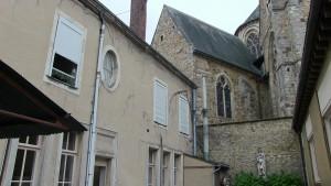 A gauche le presbytère, à droite Notre-Dame de la Couture