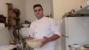 """Fouad montre un plat de """"fatteh"""" qu'il vient de préparer"""