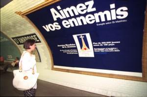 """PARIS : JOURNEES MONDIALES DE LA JEUNESSE - PREPARATIFS AVEC LE STAFF DE LA RUE SAINT VINCENT / PUBLICITE DANS LE METRO / PREPARATION DU """"SAC DU PELERIN"""" A EVRY ."""