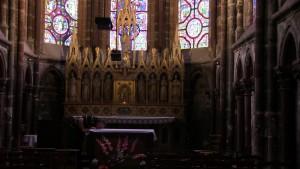Antonios embrasse l'autel de la chapelle dédiée à Marie à plusieurs reprises.