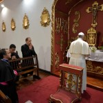 6 septembre 2017 : Visite pastorale du pape François en Colombie. A son arrivée le pape François se rend à la nonciature où il prie dans la chapelle de cette dernière. Bogota, Colombie. DIFFUSION PRESSE UNIQUEMENT.  EDITORIAL USE ONLY. NOT FOR SALE FOR MARKETING OR ADVERTISING CAMPAIGNS. September 6, 2017: Pope Francis prays in the chapel of the Apostolic Nunciature. Bogota, Colombia.