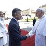 7 septembre 2017 : Visite pastorale du pape François en Colombie. poignée de main entre Juan Manuel SANTOS, président de la République de Colombie, et le pape François lors de leur rencontre sur la Plaza de Armas devant le palais Nariño, résidence présidentielle. Bogota, Colombie. DIFFUSION PRESSE UNIQUEMENT.  EDITORIAL USE ONLY. NOT FOR SALE FOR MARKETING OR ADVERTISING CAMPAIGNS. September 7, 2017: Colombia's President Juan Manuel SANTOS (and his wife Maria Clemencia RODRIGUEZ) and Pope Francis, during a meeting at Narino presidential palace in Bogota, Colombia.
