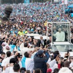 7 septembre 2017 : Visite pastorale du pape François en Colombie. Le pape François salue la foule de fidèle avant de célébrer une messe en plein air au Parc Simon Bolivar à Bogota, Colombie. DIFFUSION PRESSE UNIQUEMENT.  EDITORIAL USE ONLY. NOT FOR SALE FOR MARKETING OR ADVERTISING CAMPAIGNS. September 7, 2017: Pope Francis waves the faithful as he arrives to leads an open air Mass in Simon Bolivar park, in Bogota, Colombia.