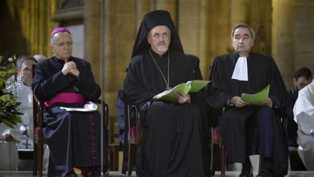 3 décembre 2015 : Mgr Georges PONTIER, archevêque de Marseille, pdt de la CEF et pdt en exercice du CECEF, Métropolite Emmanuel ADAMAKIS, pdt de l'assemblée des évêques orthodoxes de France et co-pdt de la CECEF, Pasteur François CLAVAIROLY, pdt de la Fédération Protestante de France (FPF), co-pdt du CECEF, lors de la célébration oecuménique pour la création, lors de la COP21- Paris climat 2015 proposée par le Conseil d'Eglises Chrétiennes en France (CECEF). Cath. Notre-Dame de Paris , Paris (75), France.