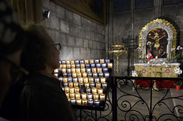 31 mai 2016 : Veillée de prière pour la Vie. fidèles en prière;  Cath. Notre-Dame de Paris (75), France.  May 31, 2016: Veilleuses. Notre-Dame Cath. Paris (75) France.
