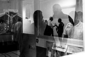 26 juin 2016 : Fin de la messe à la Maison d'arrêt de Villepinte. Les détenus en profitent pour s'entretenir avec l'aumônier. Chaque dimanche, les détenus qui participent à la messe, les aumôniers et les personnels de la Maison d'arrêt s'accordent à dire que c'est un lieu d'apaisement et de fraternité. Villepinte (93), France.