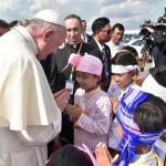 27 novembre 2017 : Voyage du pape François en Birmanie (Myanmar). Le pape est accueilli par des enfants à son arrivée à l'aéroport de Rangoun (Yangon). Birmanie (Myanmar).  November 27, 2017: Pope Francis is welcomed as he arrives at Yangon International Airport, Myanmar.