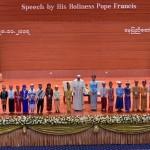 28 novembre 2017 : Le pape François accompagné par AUNG SAN SUU KYI, ministre des affaires étrangères et conseillère d'Etat, entourés d'enfants en costumes traditionnels lors de la rencontre du Pape avec les autorités, la société civile et le Corps diplomatique à l'International Convention Centre, Naypyidaw, Birmanie (Nyanmar). PRESSE UNIQUEMENT.  EDITORIAL USE ONLY. NOT FOR SALE FOR MARKETING OR ADVERTISING CAMPAIGNS. November 28, 2017: Pope Francis with children during a meeting with members of the diplomatic corps and local authorites, in the International Convention Center, in Naypyitaw, Myanmar.
