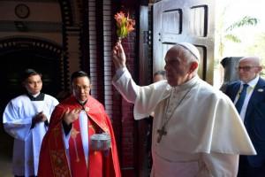 30 novembre 2017 : Le pape François donne la bénédiction à son arrivée dans la cathédrale Sainte-Marie à Rangoun, Birmanie (Nyanmar). PRESSE UNIQUEMENT. EDITORIAL USE ONLY. NOT FOR SALE FOR MARKETING OR ADVERTISING CAMPAIGNS. November 30, 2017: Pope Francis delivers his blessing as he arrives to celebrate a Mass at St. Mary's Cathedral, in Yangon, Myanmar.