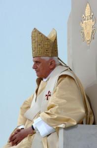12 septembre 2006. Le pape Benoît XVI lors de la messe célébrée en plein air à Islingenfeld , dans les environs de Ratisbonne, Allemagne.